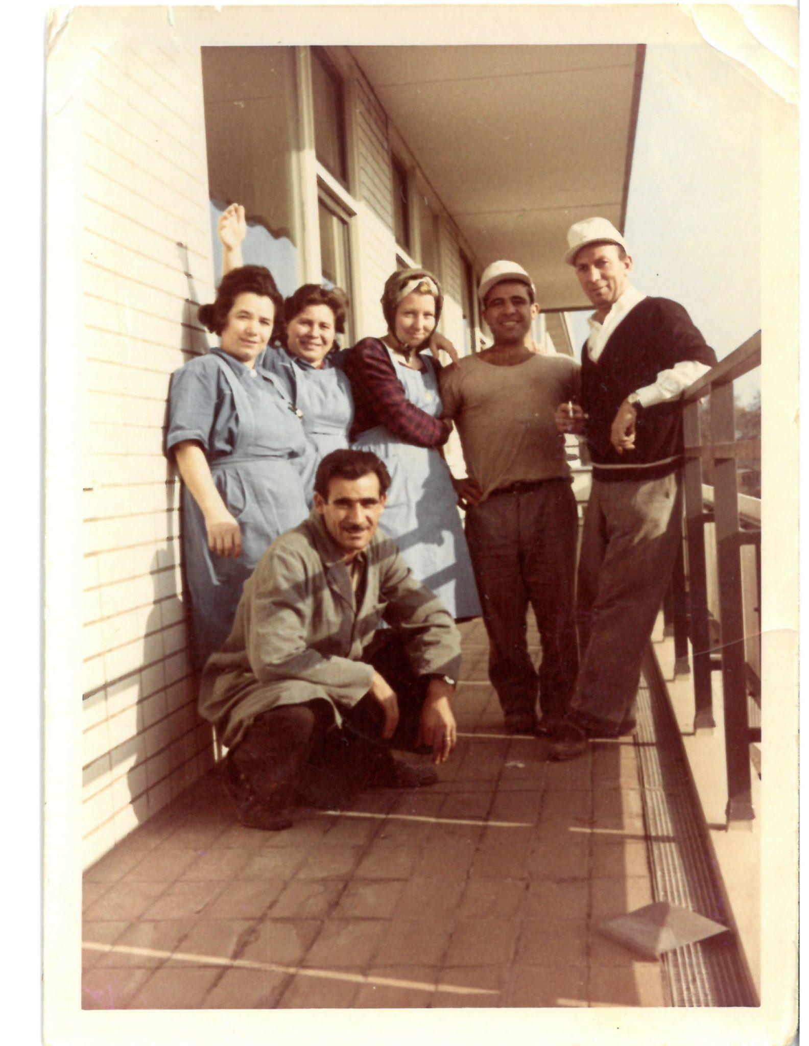 Gruppe von Personen auf einem Balkon