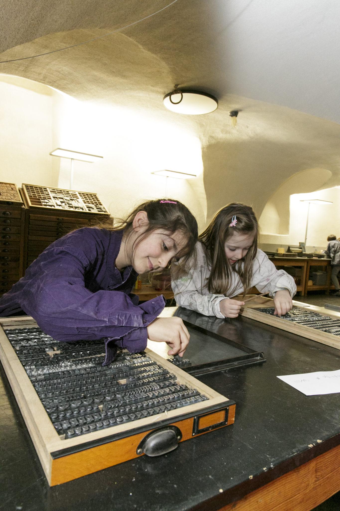 Kinder in der Druckwerkstatt