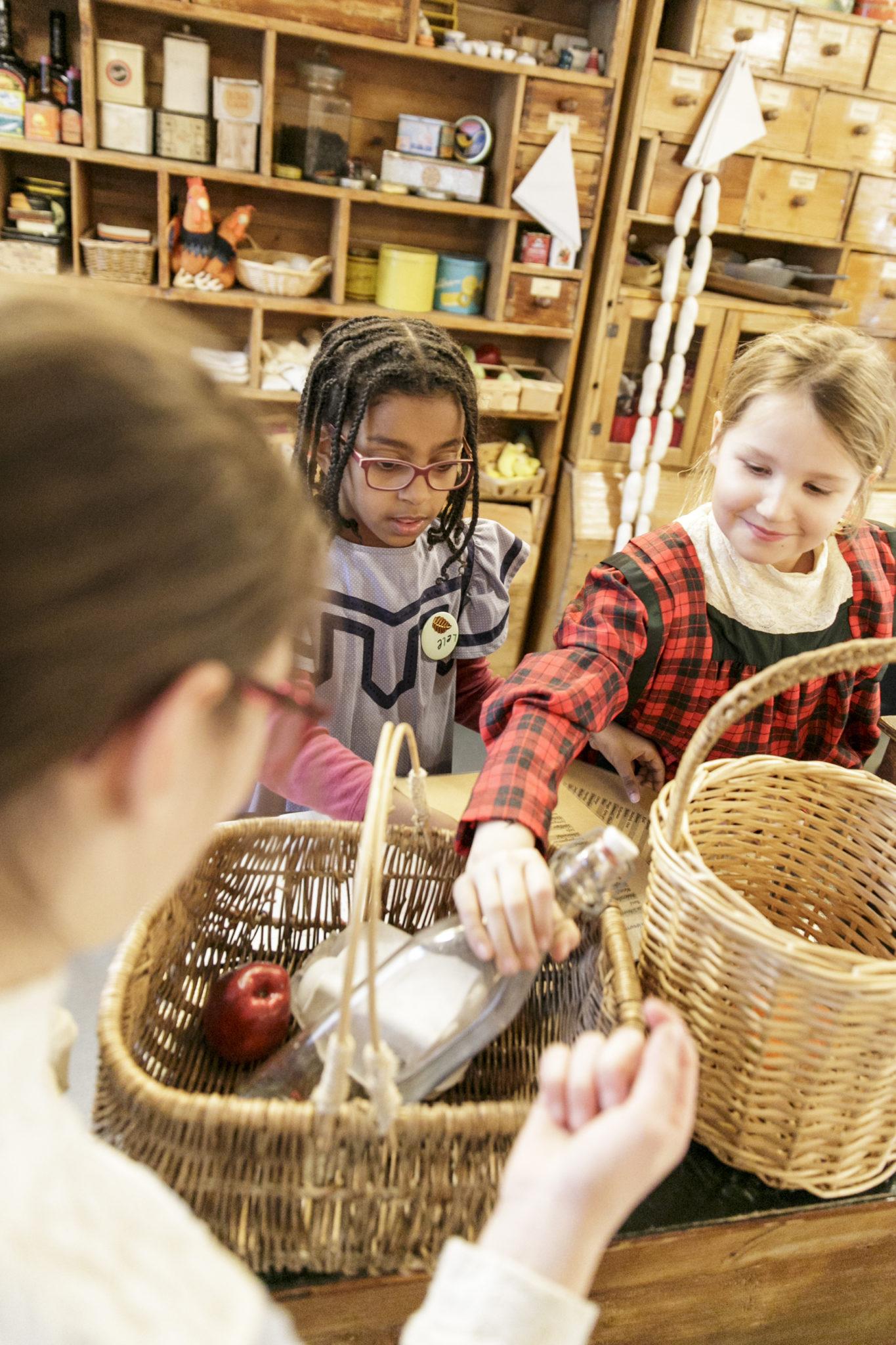 Kinder spielen mit dem Kolonialwarenladen