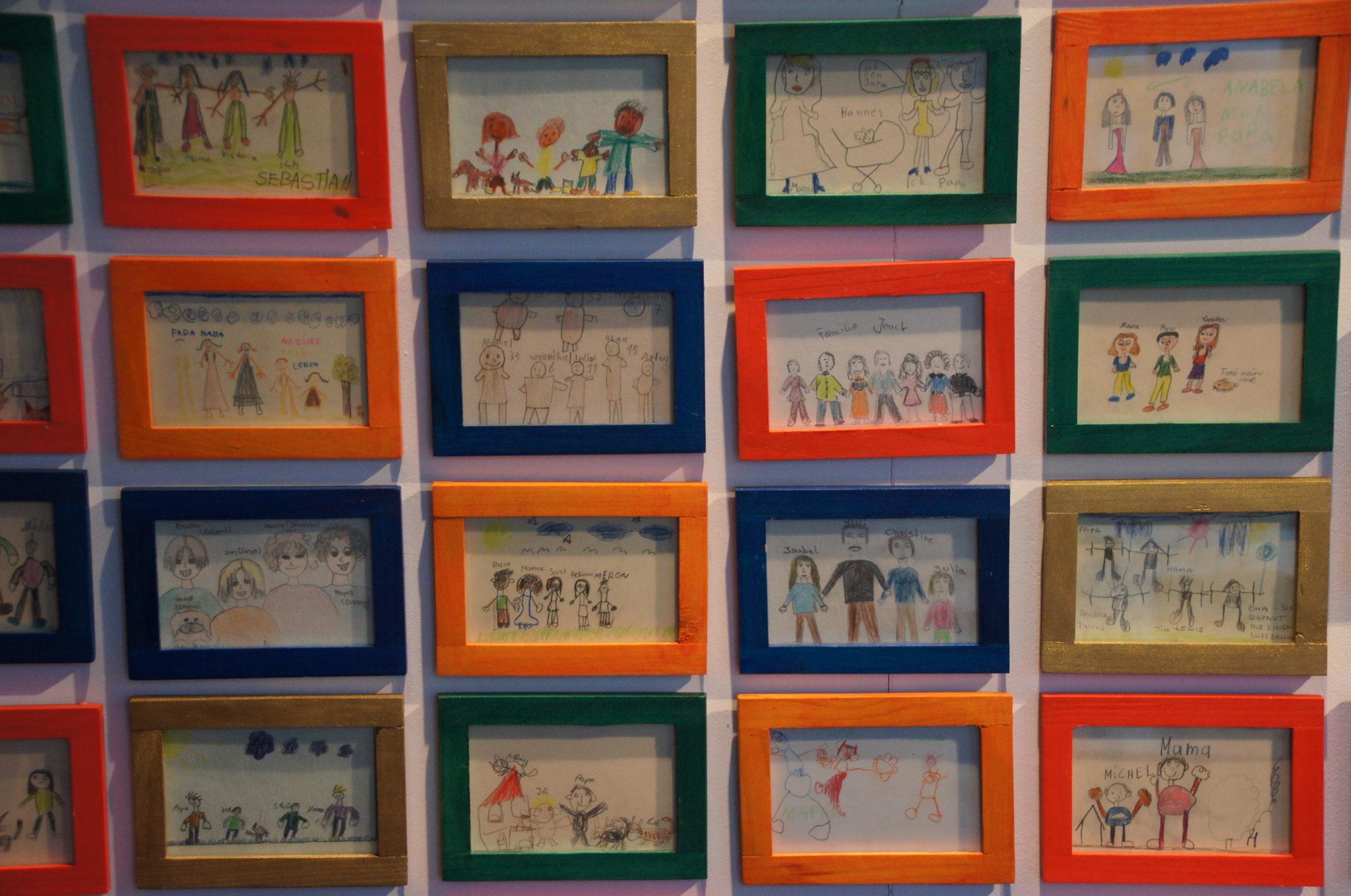 Bilderintsalltion mit von Kindern gemalten Bildern