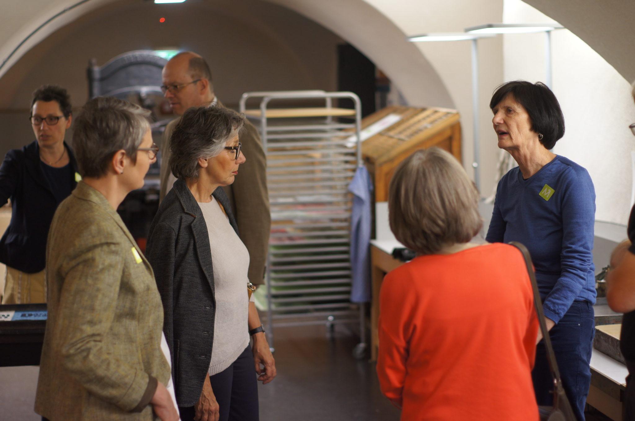 menschen im museum bei einer Führung