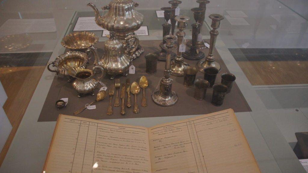 Blick in die Ausstellung: Geerbt. Gekauft. Geraubt? - Objekte in einer Vitrine