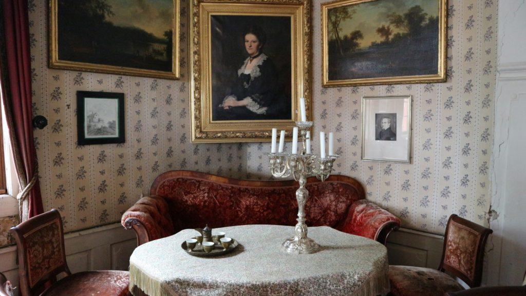 Blick in das Innere des Brentano-Hauses: Tisch mit Leuchter