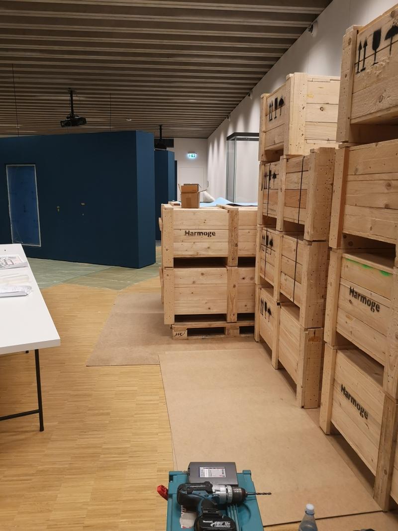 Blick in den Ausstellungsraum mit Kisten