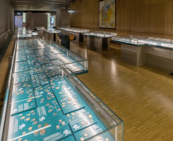 Blick in die Ausstellungsgalerie mit den Münztischen
