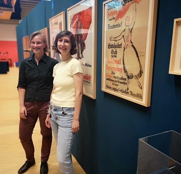 Die beiden Kuratorinnen stehen in der Ausstellung