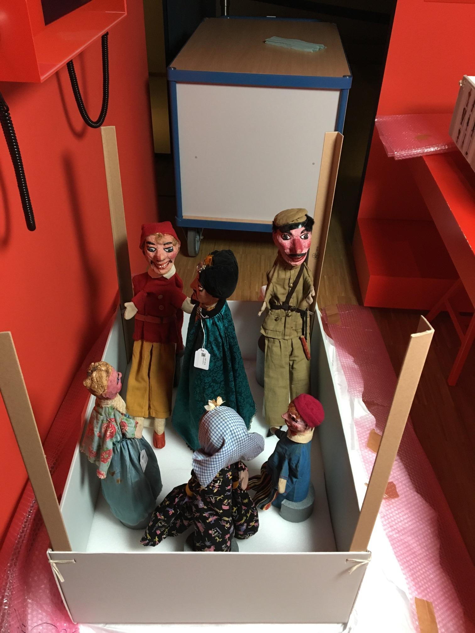 Blick auf Puppen in einem Karton