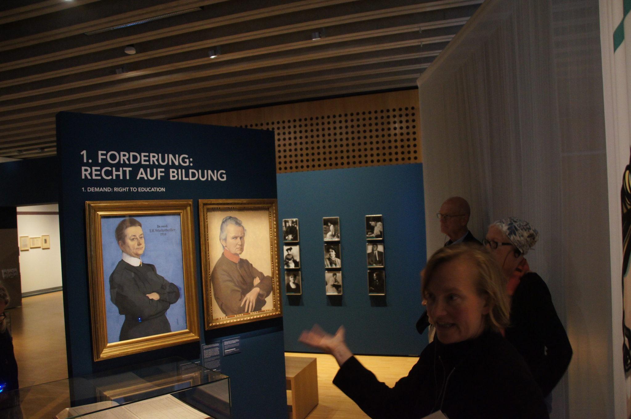 Blick auf zwei gemälde in der Ausstellung