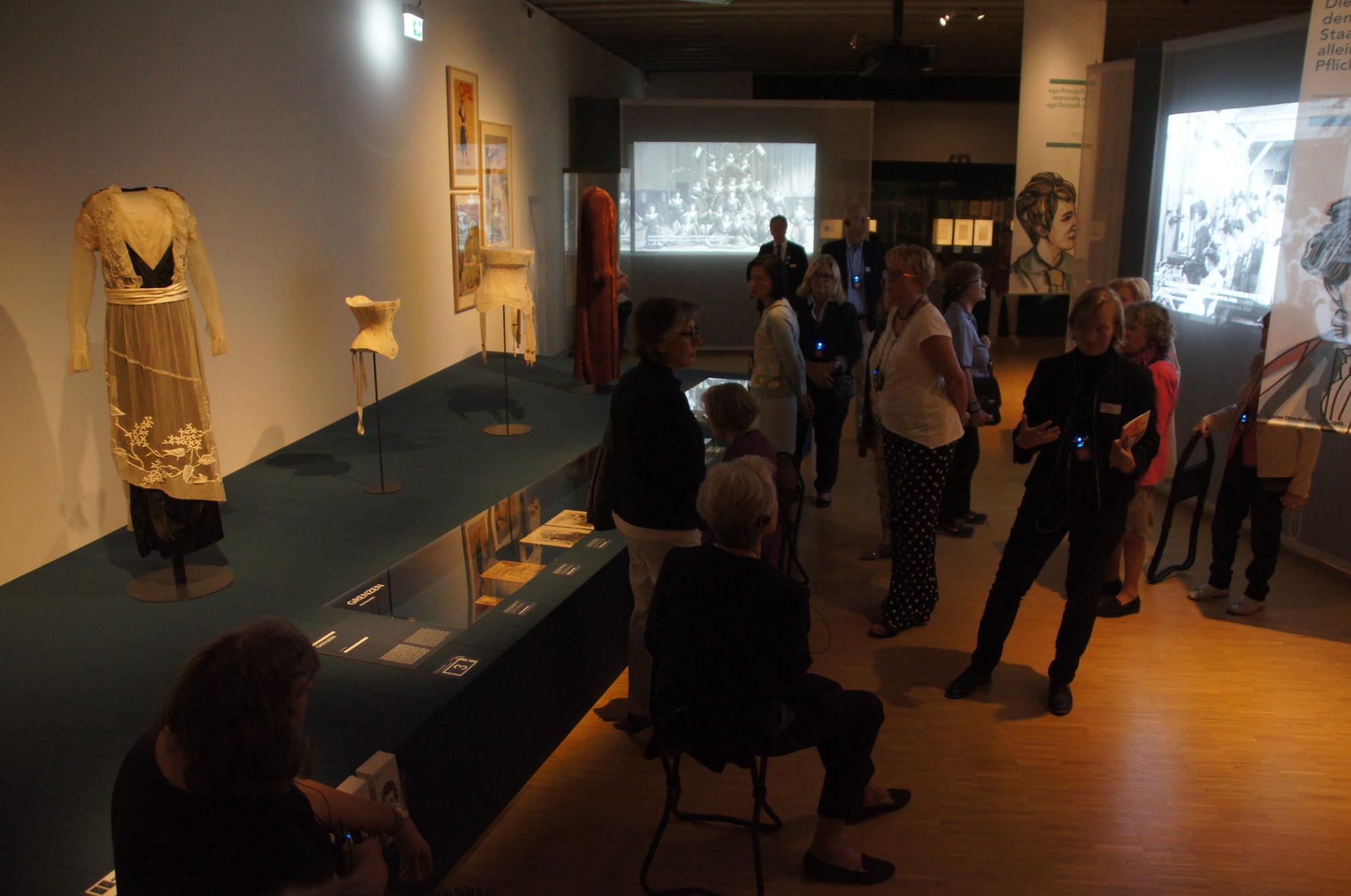 Blick in den ersten Teil des Ausstellungsraumes