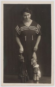 schwarz/weiß-Fotografie mit Liesel Simon mit zwei ihrer Handpuppen
