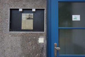 Feldforschung Niederrad – Hinweistafel auf den einstigen Wohnort von Philipp Schwartz