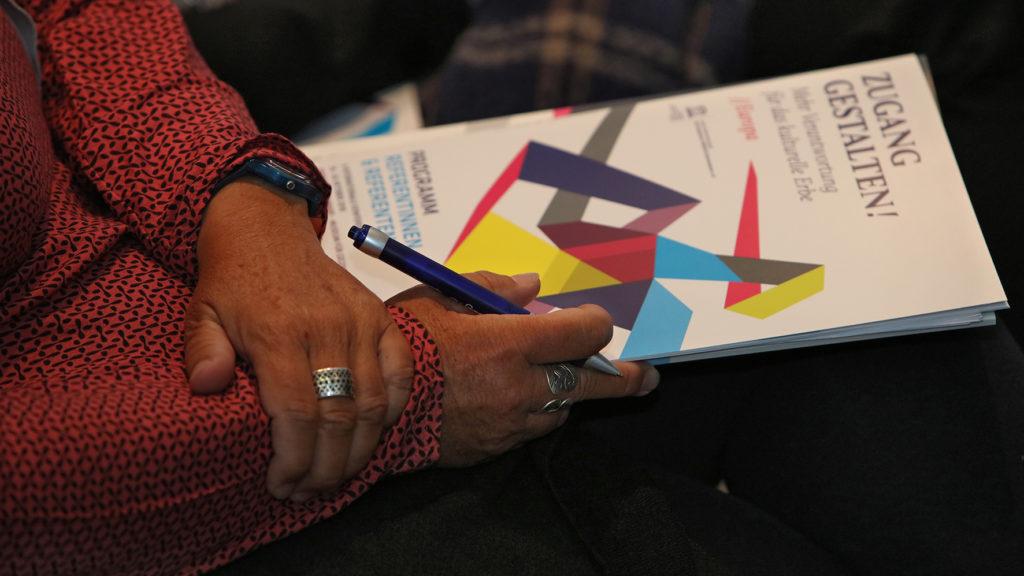 Blick auf Hände, die einen Folder halten