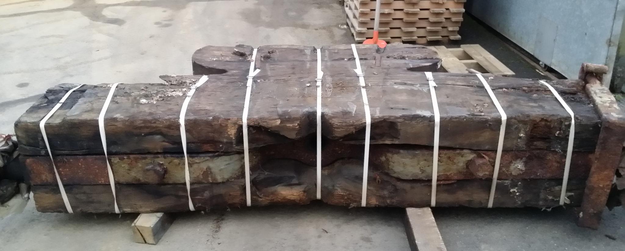 Holzplanken, die zur Aufhängung der Glocke dienten