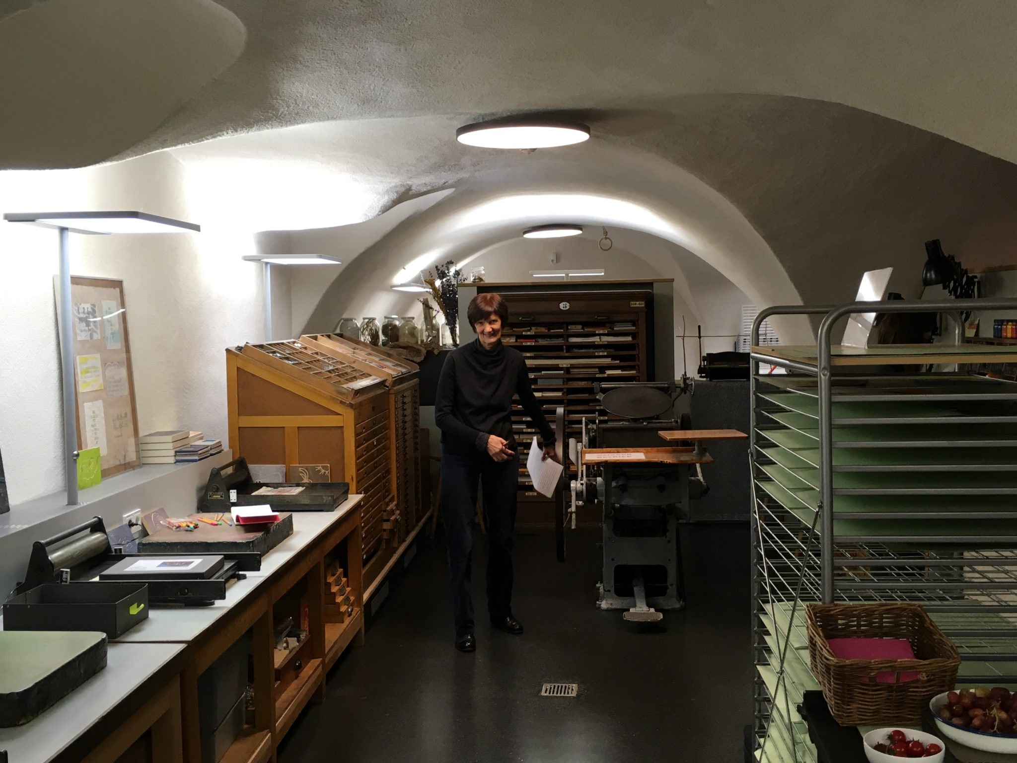 Blick in die Druckwerkstatt, in der Mitte die Kollegin