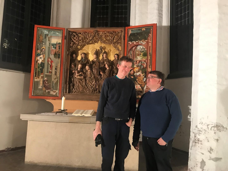 zwei Männer stehen vor dem Altar