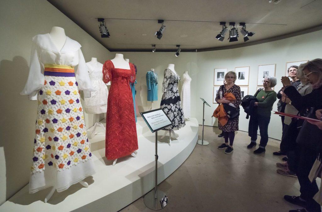 Blick in den kleinen Ausstellungsraum mit Figurinen, die Modelle von Toni Schiesser tragen