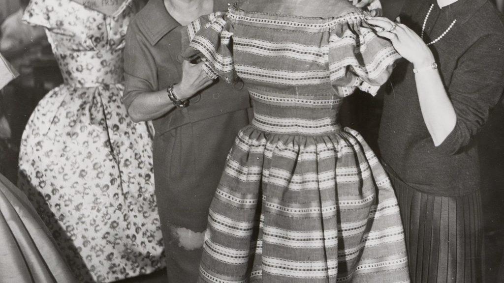 schwarz-weiß-Foto: Toni Schiesser mit bekleideter Figurine und mit ihrer Tochter Anni Henninger an einer Figurine
