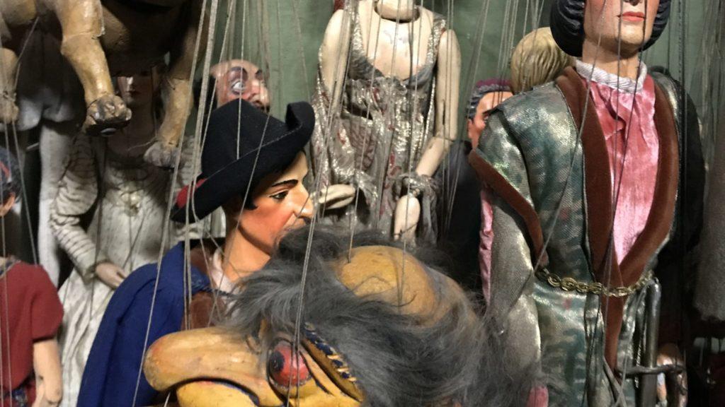 vier Marionetten von nahem - zwei Menschen, zwei Tiere