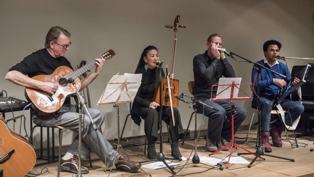 vier Musiker auf der Bühne