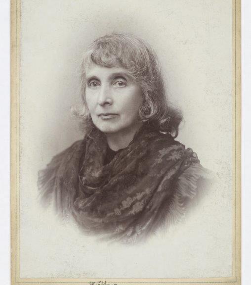 Fotoporträt einer grauhaarigen dame