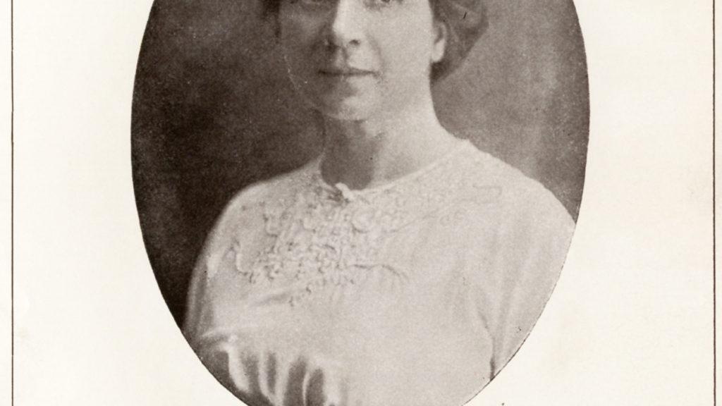 schwarz-weiss Fotografie einer Dame im weißen Kleid mit aufgestecktem Haar in einem ovalen Format