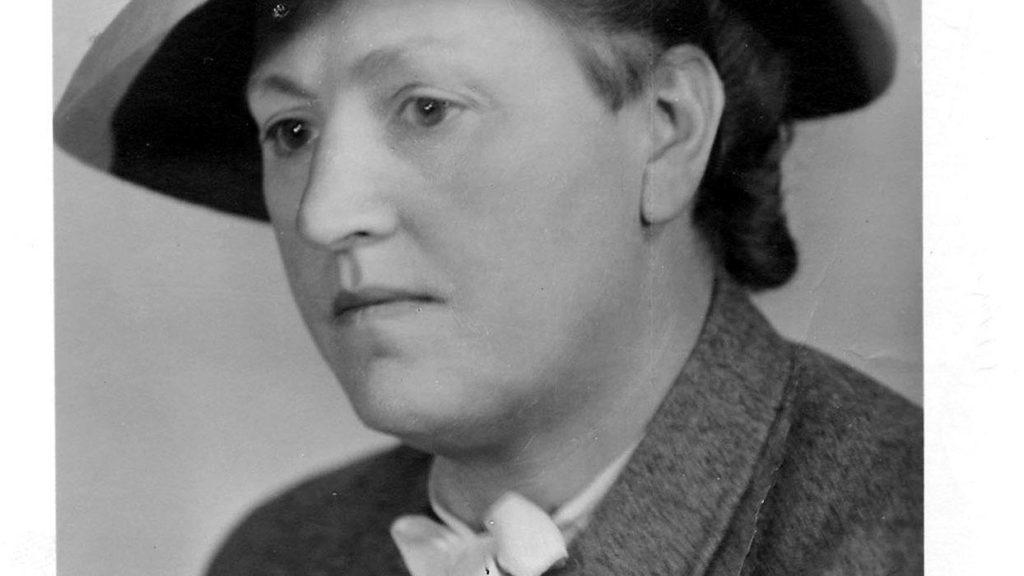 schwarz-weiß-Porträt von einer Frau mit Hut