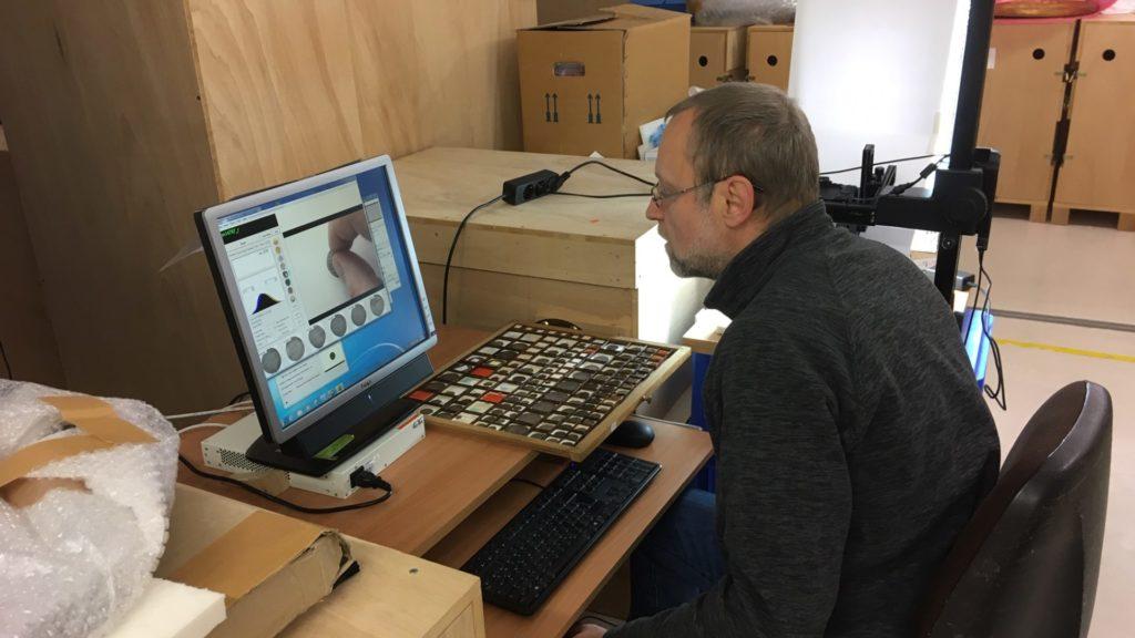 Mann sitzt vor dem Computer