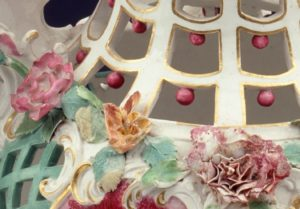 Blumendekor und Durchbrüche