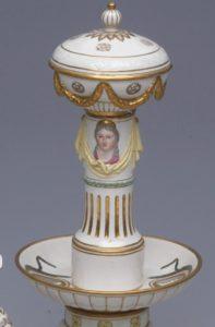 Zuckerständer des Prunkservice in Form einer antikisierenden Säule mit goldenem Dekor