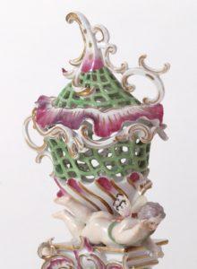 Porzellanaufsatz mit durchbrochener Struktur und in C-Form geschwungene Formen