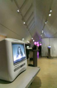 """Auf verschiedenen Bildschirmen wurden in der Installation """"Generation 1,5"""" von Olcay Acet Interviews mit Kindern von türkischen Gastarbeiter*innen präsentiert."""