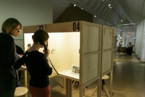 In 15 Kabinen konnten sich Besucher*innen persönliche Geschichten von Arbeitsmigrant*innen anhören.