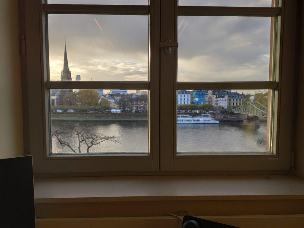 Blick aus einem Fenster: vorne ist der Main, dahinter Sachsenhausen