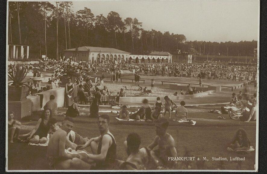 Postkarte mit schwarz-weiß Fotografie mit Badegästen im Luftbad des Stadionsbads