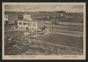 Postkarte mit schwarz-weiß Luftaufnahme des Luftbadheims Praunheim