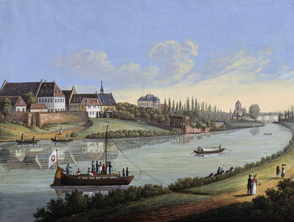 Bild mit Blick auf den Main, vorne das Marktschiff und dahinter grüne Flächen mit Häusern