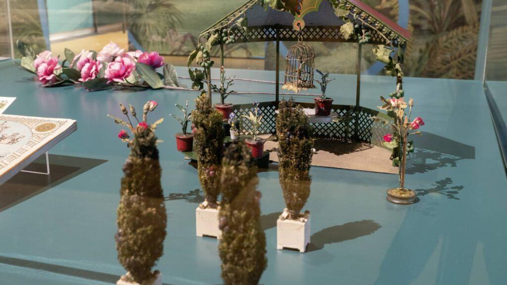 ein Modell-Gartenpavillon mit Zierpflanzen